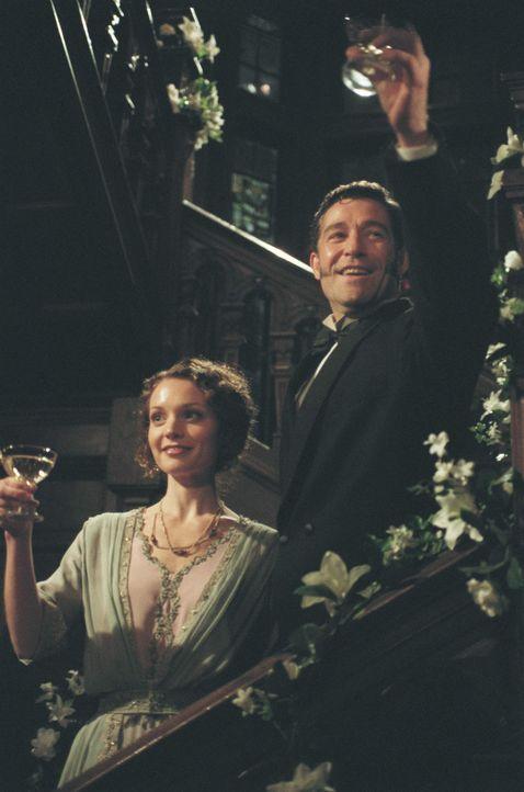Das Glück scheint perfekt, als Ellen (Lisa Brenner, l.) den wohlhabenden Ölbaron John Rimbauer (Steven Brand, r.) heiratet und auf sein Familiengu... - Bildquelle: American Broadcasting Company (ABC)