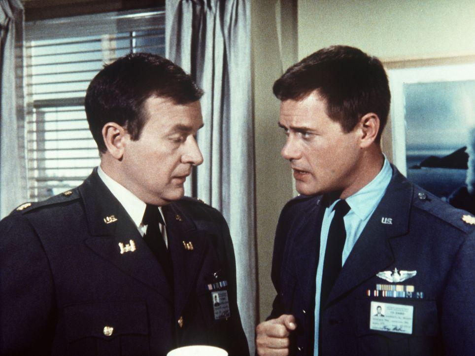 Tony (Larry Hagman, r.) berät mit seinem Freund Roger (Bill Daily, l.), wie man die Kunstschätze, die Jeannie herbeigezaubert hat, wieder los wird. - Bildquelle: Columbia Pictures