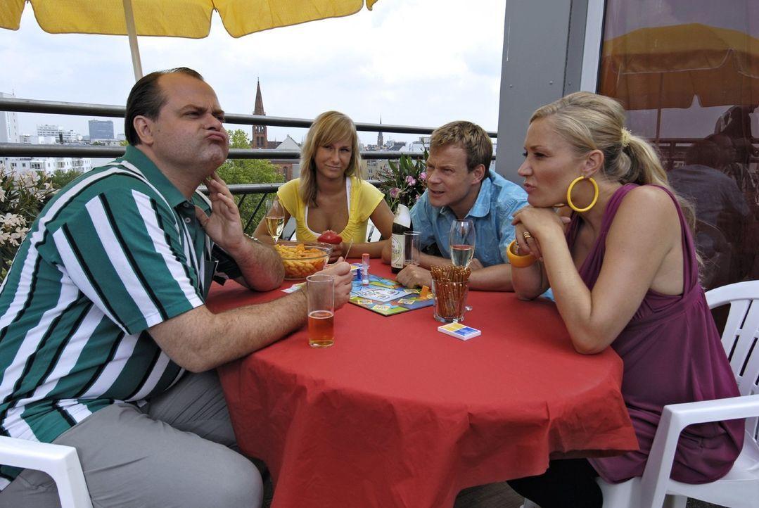 Markus (Markus Majowski, l.), Mathias (Mathias Schlung, 2.v.r.) und Janine (Janine Kunze, r.) spielen Tabu. Was allen das Spiel verdirbt, ist, dass... - Bildquelle: Sat.1