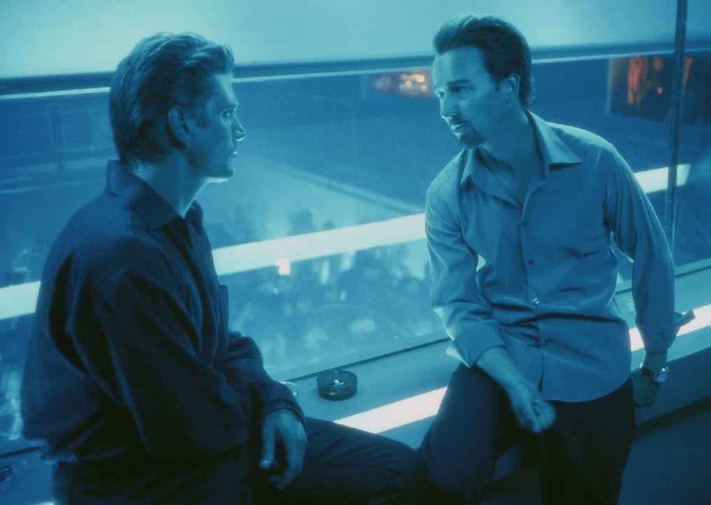 Nur 25 Stunden bleiben Monty Brogan (Edward Norton, r.), um mit seinem besten Freund, dem Wall-Street-Broker Slaughtery (Barry Pepper, l.) ins Reine... - Bildquelle: Touchstone Pictures