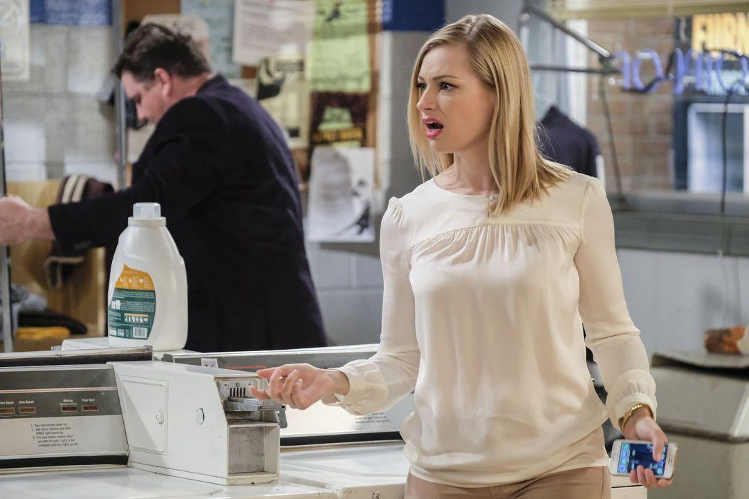 Der Erfolg ihrer Bar veranlasst Caroline (Beth Behrs) sogar dazu, überschwänglich Geld auszugeben. Ist das wirklich eine gute Idee? - Bildquelle: Warner Bros. Television