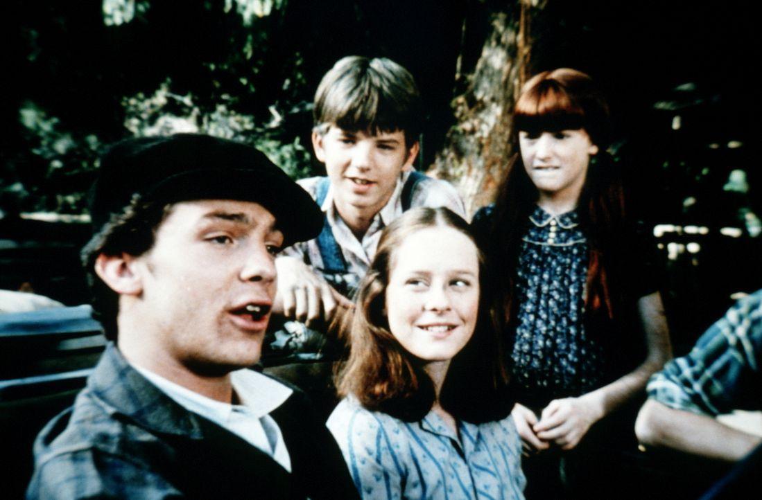 Erin (Mary Beth McDonough, 2.v.r.) ist stolz auf Chad Marshall (Michael O'Keefe, l.), der sich ihretwegen in Waltons Mountain ansiedeln will. Auch B... - Bildquelle: WARNER BROS. INTERNATIONAL TELEVISION