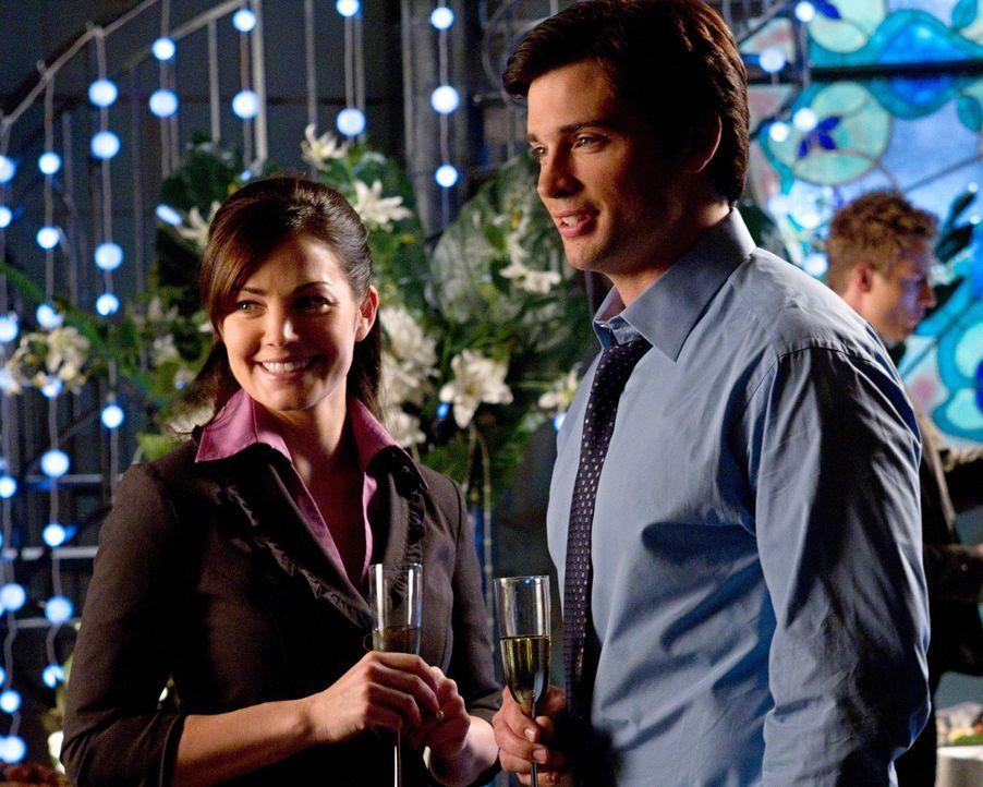 Während Clark (Tom Welling, r.) und Lois (Erica Durance, l.) ihre Verlobung feiern, steckt Oliver in ernsthaften Schwierigkeiten ... - Bildquelle: Warner Bros.