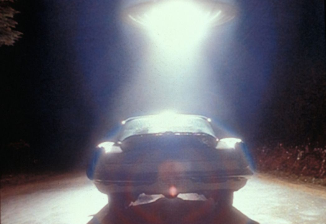 Ein Ufo stoppt den Wagen von zwei jungen Leuten und entführt sie. Aber sind die Entführer auch wirklich Außerirdische? - Bildquelle: TM +   Twentieth Century Fox Film Corporation. All Rights Reserved.