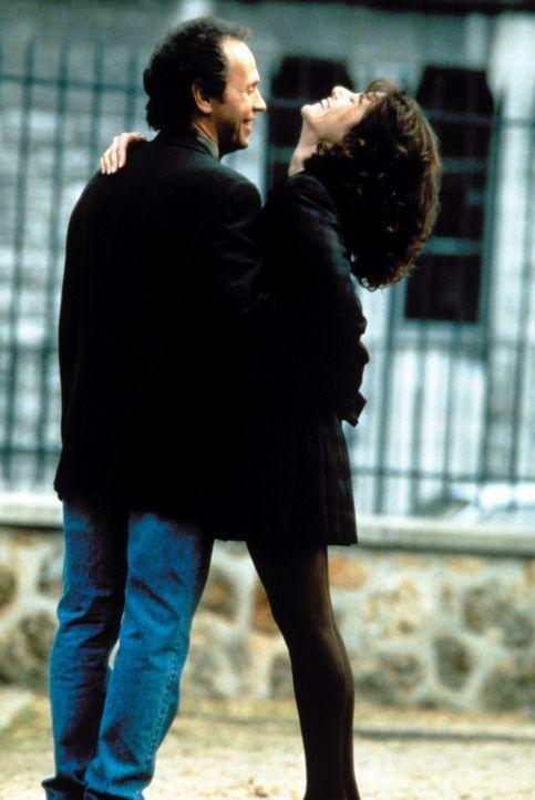 Liebe auf den ersten Blick: Mickey Gordon (Billy Crystal, l.) und Ellen Andrews (Debra Winger, r.) - Bildquelle: Warner Bros.