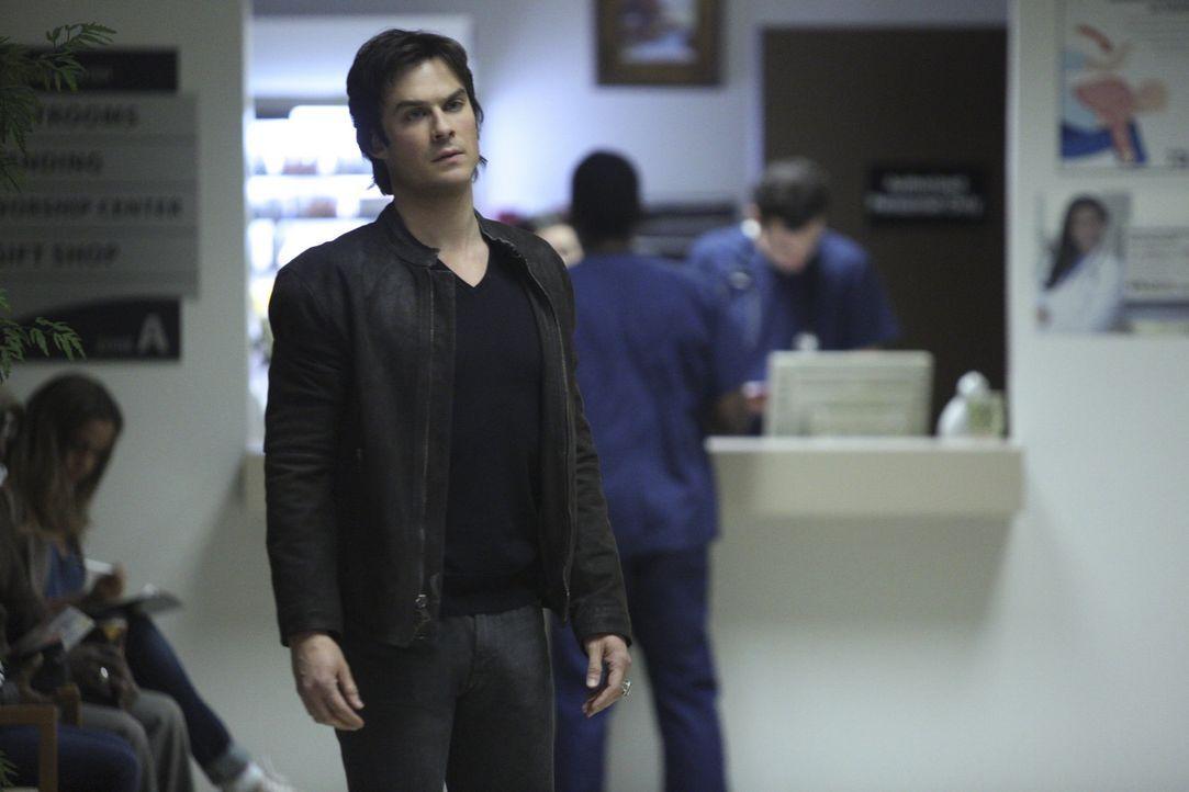Damon soll einen ungelösten Fall von Sheriff Forbes übernehmen - Bildquelle: Warner Bros. Entertainment Inc.