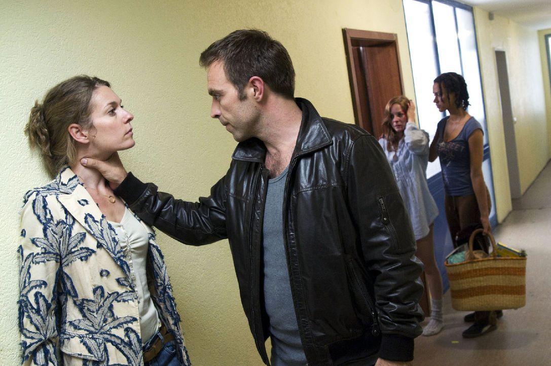 Ernie (Aleksandar Jovanovic, 2.v.l.) hat Sonja (Jasmin Schwiers, 2.v.r.) verprügelt, um auch sie zur Prostitution zu zwingen. Rana (Sarah Masuch, r.... - Bildquelle: Jacqueline Krause-Burberg Sat.1