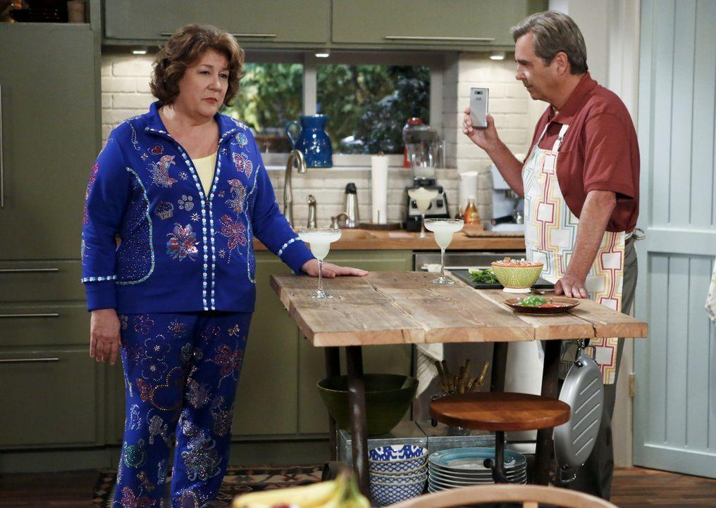Müssen den Aufenthaltsort tauschen: Carol (Margo Martindale, l.) und Tom (Beau Bridges, r.) ... - Bildquelle: 2013 CBS Broadcasting, Inc. All Rights Reserved.