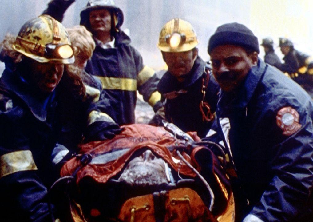 Immer mehr Opfer der schrecklichen Chemiefabrik-Explosion werden in die Notaufnahme eingeliefert. - Bildquelle: TM+  2000 WARNER BROS.
