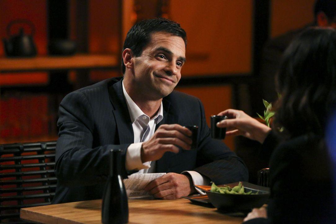 Zarif (Navid Negahban, l.) hat Angst, dass Unbekannte sein Handy hacken und ihn rund um die Uhr abhören. Die smarte Teresa (Robin Tunney, r.) soll w... - Bildquelle: Warner Bros. Television