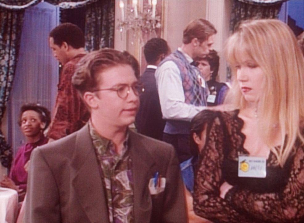 Bud (David Faustino, l.) findet heraus, warum Kelly (Christina Applegate, r.) als Gast bei der Party für Genies sein darf ... - Bildquelle: Columbia Pictures