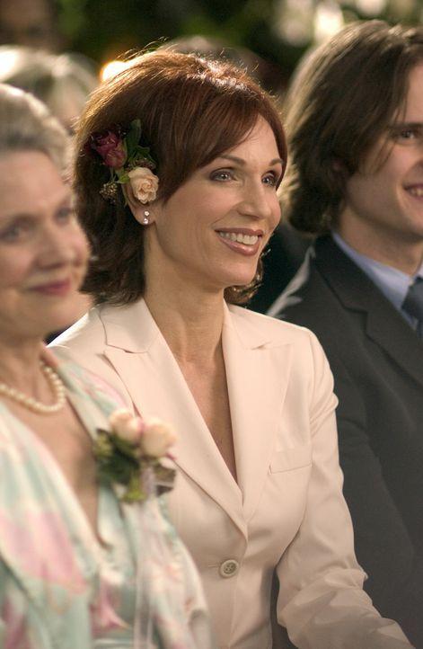 Ist sich noch immer nicht ganz sicher, ob die Hochzeit das Richtige für ihre Freundin Kelly ist: Carol (Marilu Henner) ... - Bildquelle: ABC Family