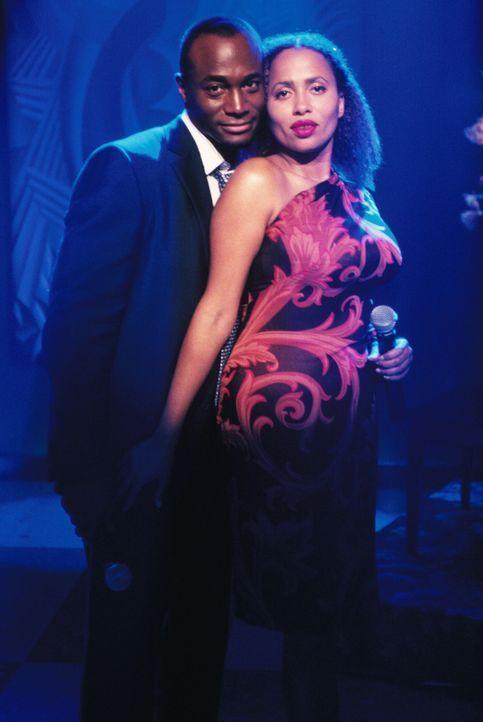 Jackson (Taye Diggs, l.) und Renee (Lisa Nicole Carson, r.) singen ein Duett in der Bar - ganz zum Missfallen von Ling ... - Bildquelle: 2001 Twentieth Century Fox Film Corporation. All rights reserved.