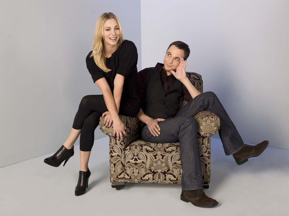 (2. Staffel) - Obwohl sie so unterschiedlich sind, wie es nur sein kann, sind Penny (Kaley Cuoco, l.) und Sheldon (Jim Parsons, r.) gute Freunde ... - Bildquelle: Warner Bros. Television