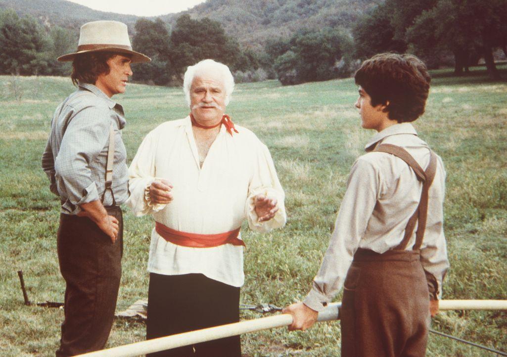 Charles Ingalls (Michael Landon, l.) macht dem großen Gambini (Jack Kruschen, M.) Vorwürfe, dass er seinem Sohn Albert (Matthew Laborteaux, r.) so... - Bildquelle: Worldvision