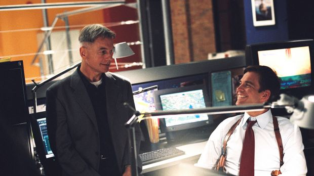 Durch einen Trick gelingt es Gibbs (Mark Harmon, l.) und Tony (Michael Weathe...