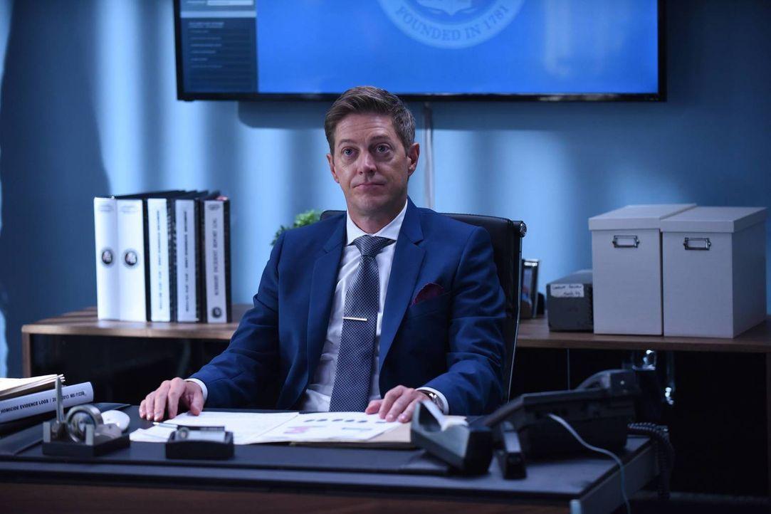 Zurück von der Leitungskonferenz, denkt Avery (Kevin Rahm), dass er jetzt seiner Beförderung einen Schritt nähergekommen ist. Doch da täuscht er sic... - Bildquelle: Warner Brothers