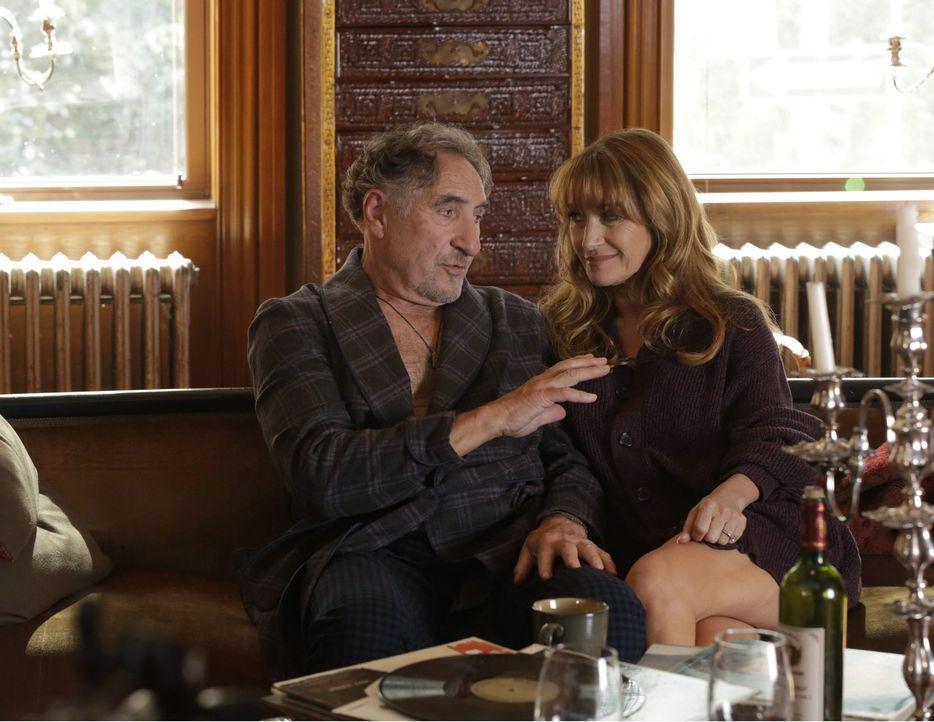 Abe (Judd Hirsch, l.) genießt die Zeit mit seiner Ex-Frau Maureen (Jane Seymour, r.). Ist da etwa immer noch Liebe im Spiel? - Bildquelle: Warner Brothers