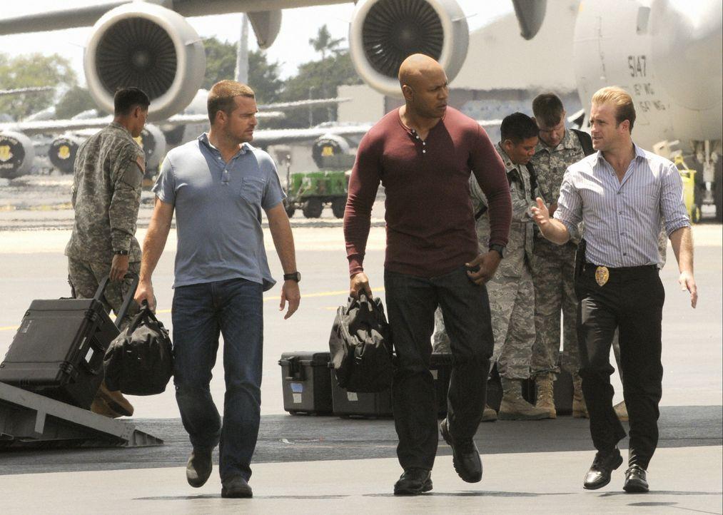 Special Agent G. Callen (Chris O'Donnell, l.) und Special Agent Sam Hanna (LL Cool J, M.) helfen Danny (Scott Caan, r.) und seinen Kollegen, einen M... - Bildquelle: TM &   CBS Studios Inc. All Rights Reserved.
