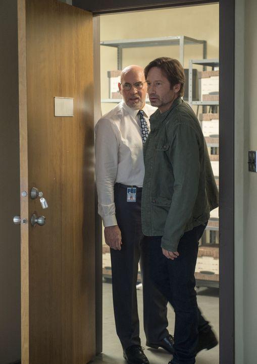 Skinner (Mitch Pileggi, l.) ist verwundet, als plötzlich wieder sein alter Agent Mulder (David Duchovny, r.) bei ihm vor der Tür steht ... - Bildquelle: Ed Araquel 2016 Fox and its related entities.  All rights reserved.