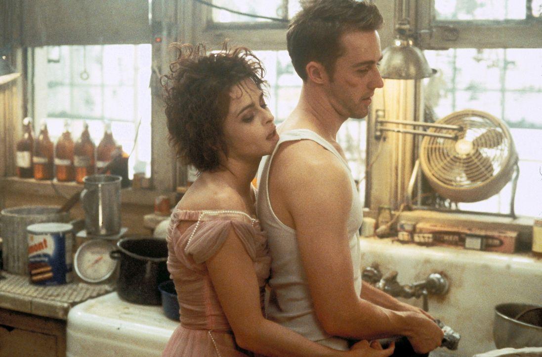 In Jacks (Edward Norton, r.) neuem Leben hat auch die suizidgefährdete Marla Singer (Helena Bonham Carter, l.) einen Platz gefunden. Doch als diese... - Bildquelle: 20th Century Fox