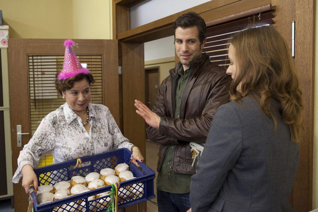 Ingrid (Franziska Traub, l.) und Michael (Andreas Jancke, M.) freuen sich Gabriele (Marie Schneider, r.) in der Schule zu sehen ... - Bildquelle: SAT.1