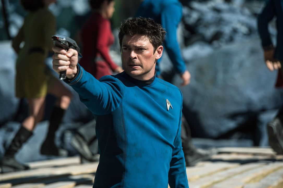 Kann Doc Bones (Karl Urban) seine Freunde aus den Fängen eines skrupellosen Mannes retten, dessen wahre Identität schon bald weite Kreise ziehen wir... - Bildquelle: Kimberley French 2016 Paramount Pictures. STAR TREK and related marks and logos are trademarks of CBS Studios Inc.