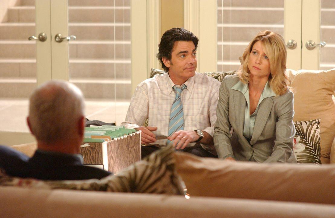 Schock: Caleb (Alan Dale, l.) erklärt Kirsten (Kelly Rowan, r.) und Sandy (Peter Gallagher, M.), dass Julie die neue Geschäftsführerin der Newpor... - Bildquelle: Warner Bros. Television