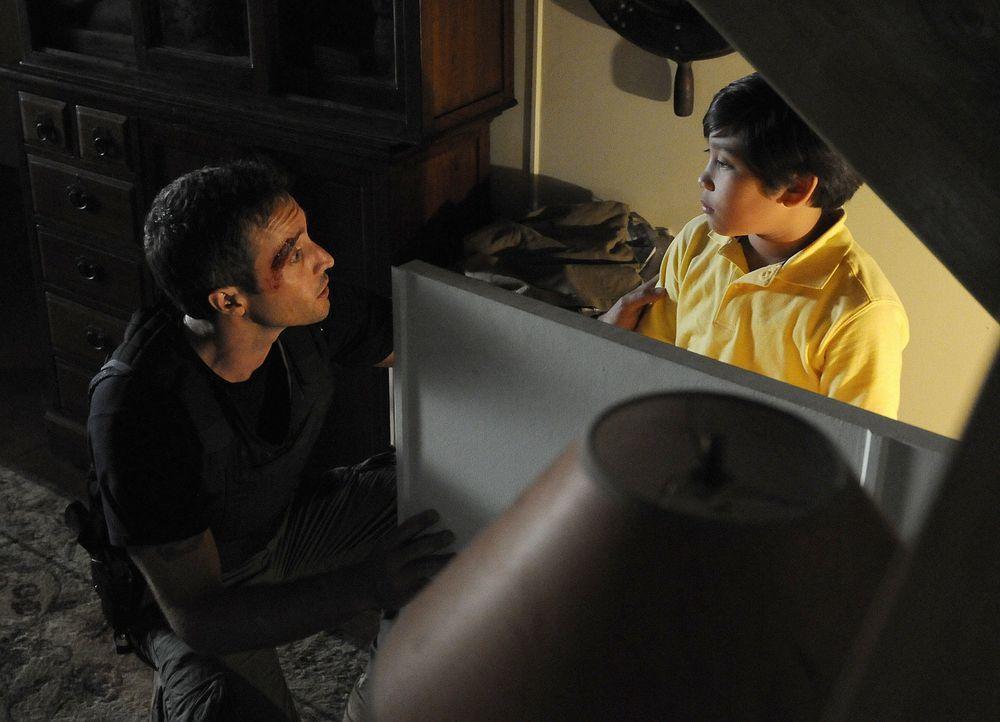 Steve (Alex O'Loughlin, l.) und sein Team versuchen Tun Pak (Ethan Garrido, r.), den Sohn von Diktator General Pak zu beschützen ... - Bildquelle: TM &   2010 CBS Studios Inc. All Rights Reserved.