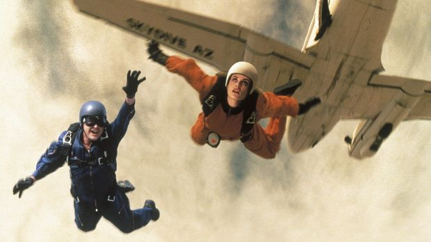 Eines Tages taucht in Ditch Brodies (Charlie Sheen, l.) Fallschirmspringer-Sc...
