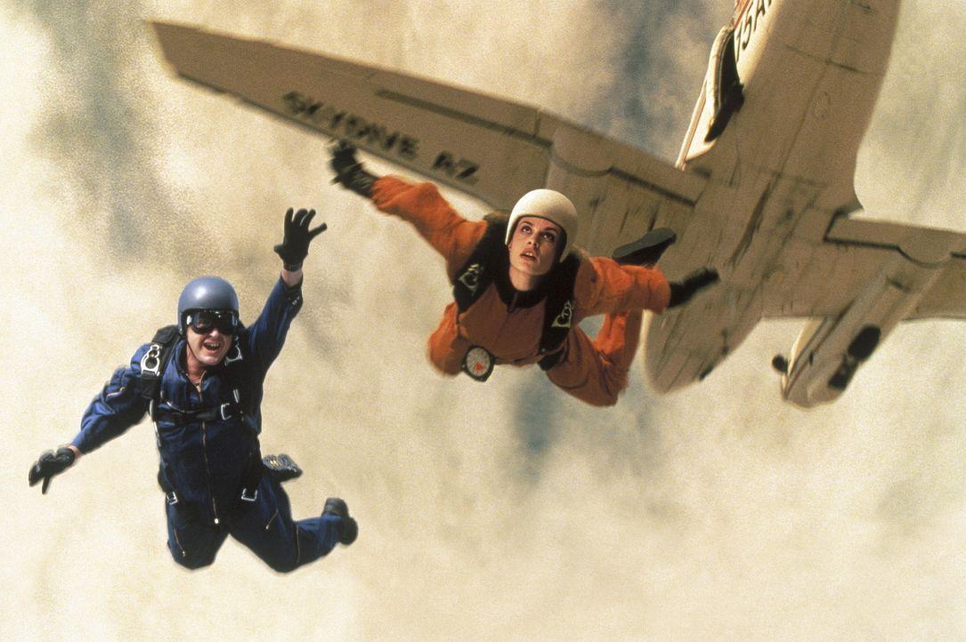 Eines Tages taucht in Ditch Brodies (Charlie Sheen, l.) Fallschirmspringer-Schule die attraktive Chris Morrow (Nastassja Kinski, r.) auf und bittet... - Bildquelle: Buena Vista Pictures