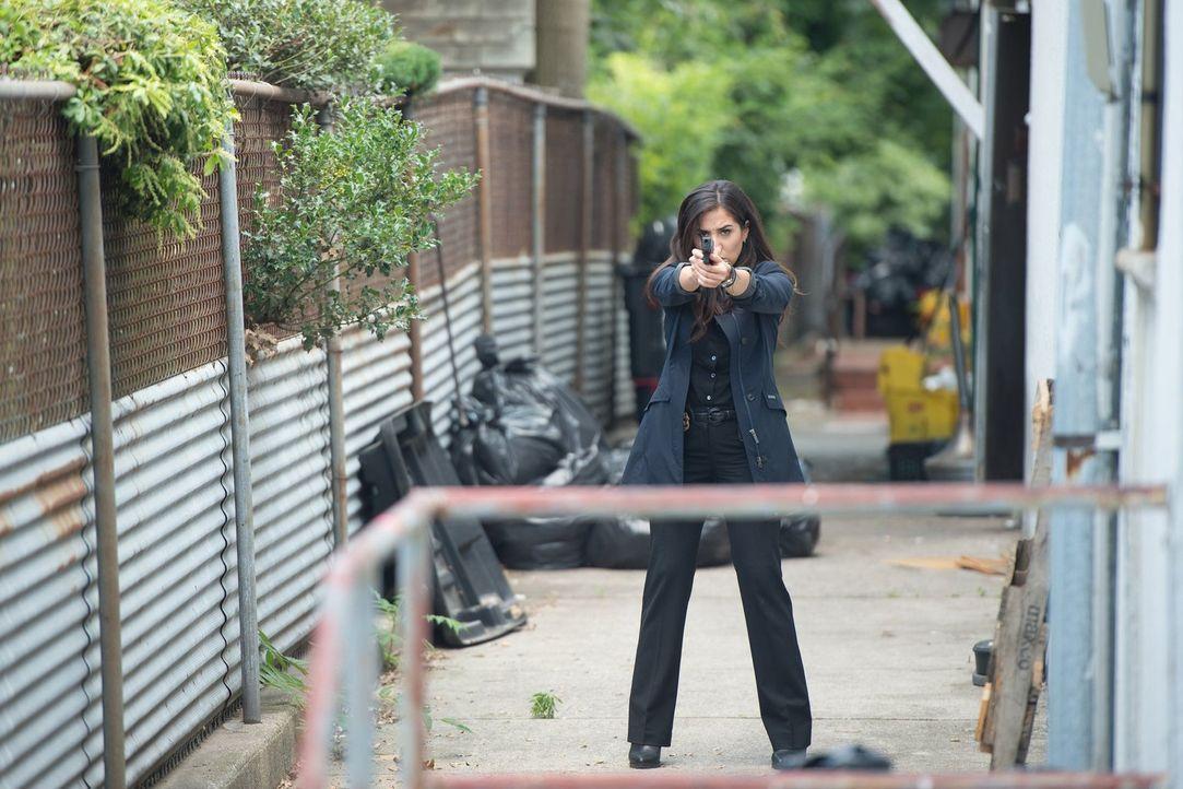 Kann Tasha Zapata (Audrey Esparza) einen Täter fassen, der Hinweise auf die Identität von Jane geben kann? - Bildquelle: Warner Brothers