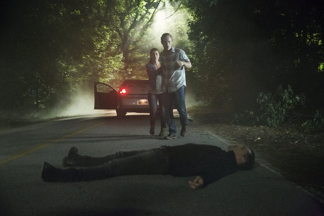 Noch ahnen Cindy (Katrina Norman, l.) und Buck (Dietrich Teschner, r.) nicht, dass sie genau in Enzos (Micheal Malarkey, vorne) tödliche Falle getap... - Bildquelle: Warner Bros. Entertainment, Inc.