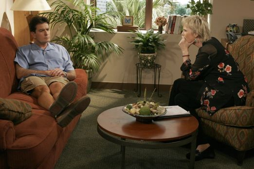 Two and a Half Men - Charlie (Charlie Sheen, l.) spricht sich bei der Psychol...