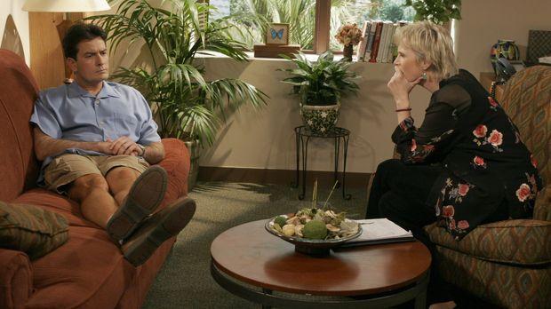 Charlie (Charlie Sheen, l.) spricht sich bei der Psychologin Dr. Freeman (Jan...