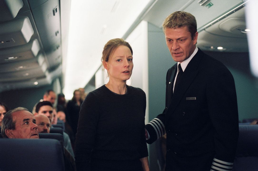 Die Suche nach Julia verläuft erfolglos. Nicht nur der Pilot Rich (Sean Bean, r.) hegt den Verdacht, dass Kyle (Jodie Foster, l.) eine völlig überge... - Bildquelle: Touchstone Pictures.  All rights reserved
