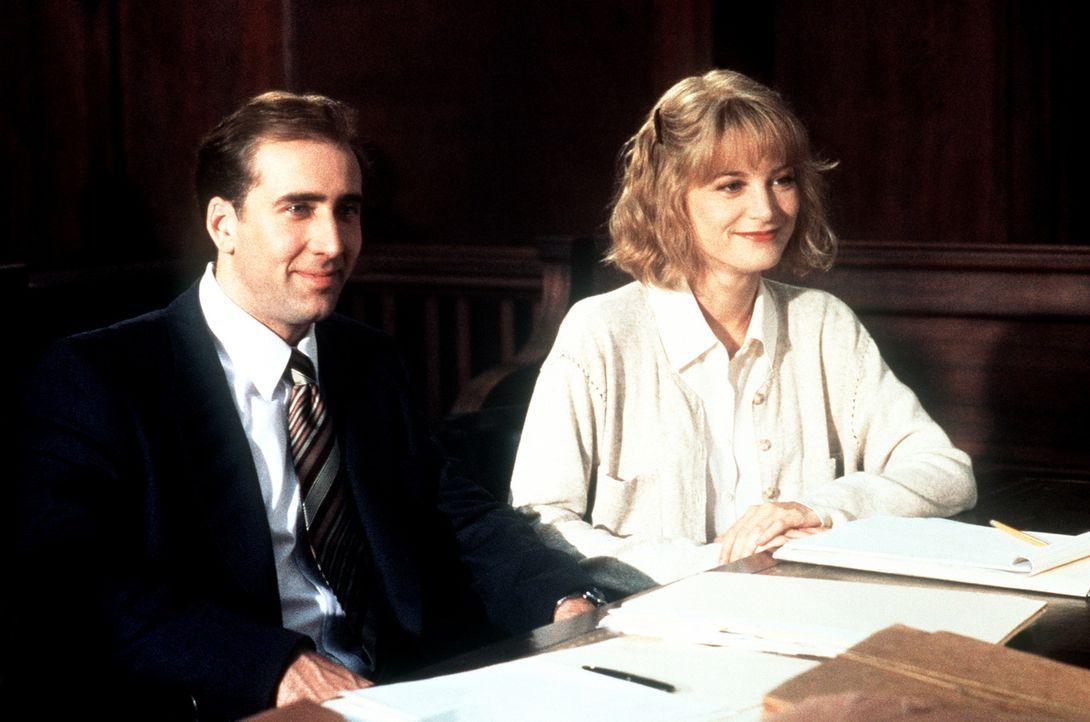 Noch lachen Charlie (Nicolas Cage, l.) und Yvonne (Bridget Fonda, r.), doch leider steht es im Prozess gegen Charlies Ex-Frau nicht gut für die bei... - Bildquelle: Columbia TriStar