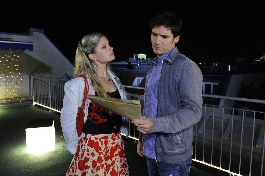 Alexander (Paul Grasshoff, r.) wünscht, er könne Mia (Josephine Schmidt, l.) trauen und entdeckt, dass er ihr Unrecht getan hat ... - Bildquelle: SAT.1