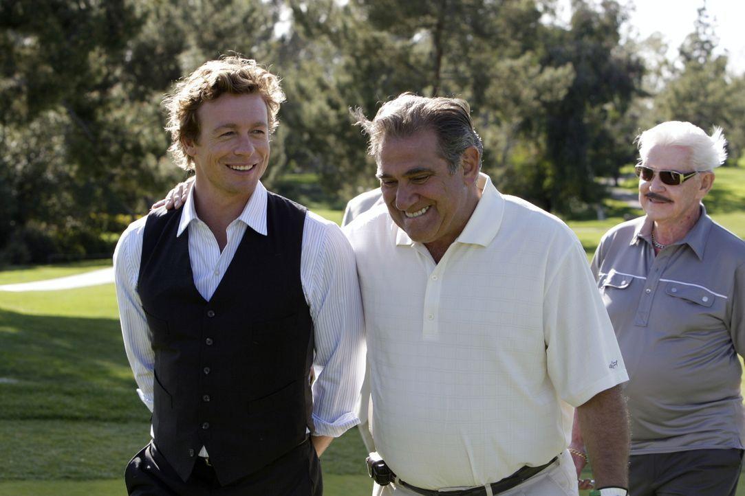 Um den Mörder von Ed Didrikson dingfest zumachen, begibt sich Patrick (Simon Baker, l.) auf den Golfplatz um den Mafiabosses Sonny Battaglia (Dan La... - Bildquelle: Warner Bros. Television