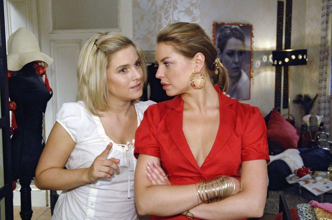 Unter der Bedingung, dass diese ihr einen Job bei Broda & Broda verschafft, bietet Anna (Jeanette Biedermann, l.) Katja (Karolina Lodyga, r.) an, ih... - Bildquelle: Claudius Pflug Sat.1