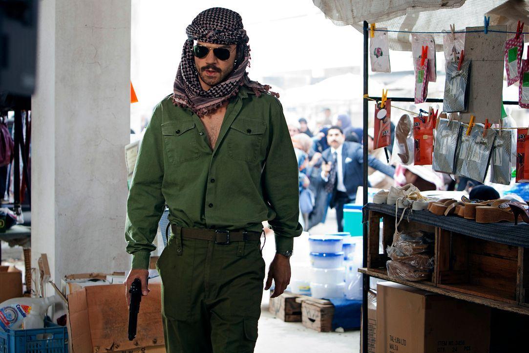 Sein Leben nimmt eine unerwartete Wendung, als er gezwungen wird, das Double von Saddam Husseins Sohn Uday zu spielen: der einfache irakische Soldat... - Bildquelle: Sofie Silbermann 2013, Falcom Media