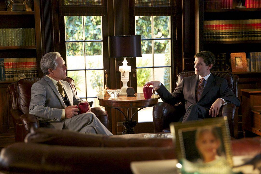 Bei seinen Recherchen stellt Roy auch Stanford (James Frain, r.) zur Rede und bringt damit Dec (Gregory Harrison, l.) gegen sich auf ... - Bildquelle: 2013 CBS BROADCASTING INC. ALL RIGHTS RESERVED.