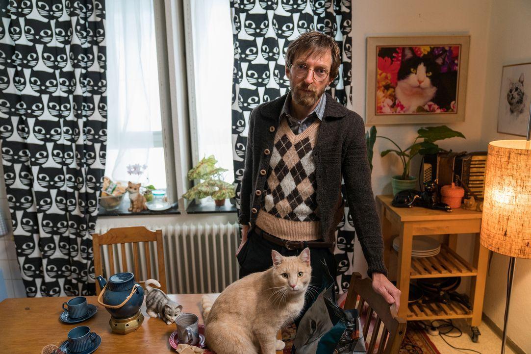 Ein Drogendealer wird tot aufgefunden - zerstückelt und zu einer neuen Form arrangiert. Was hat der Katzenfreund Zoran König (Hendrik von Bültzingsl... - Bildquelle: Wolfgang Ennenbach SAT.1