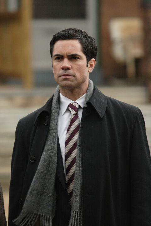 Für Scott Valens (Danny Pino) wird ein neu aufgerollter Fall zur Reise in seine eigene Vergangenheit ... - Bildquelle: Warner Bros. Television