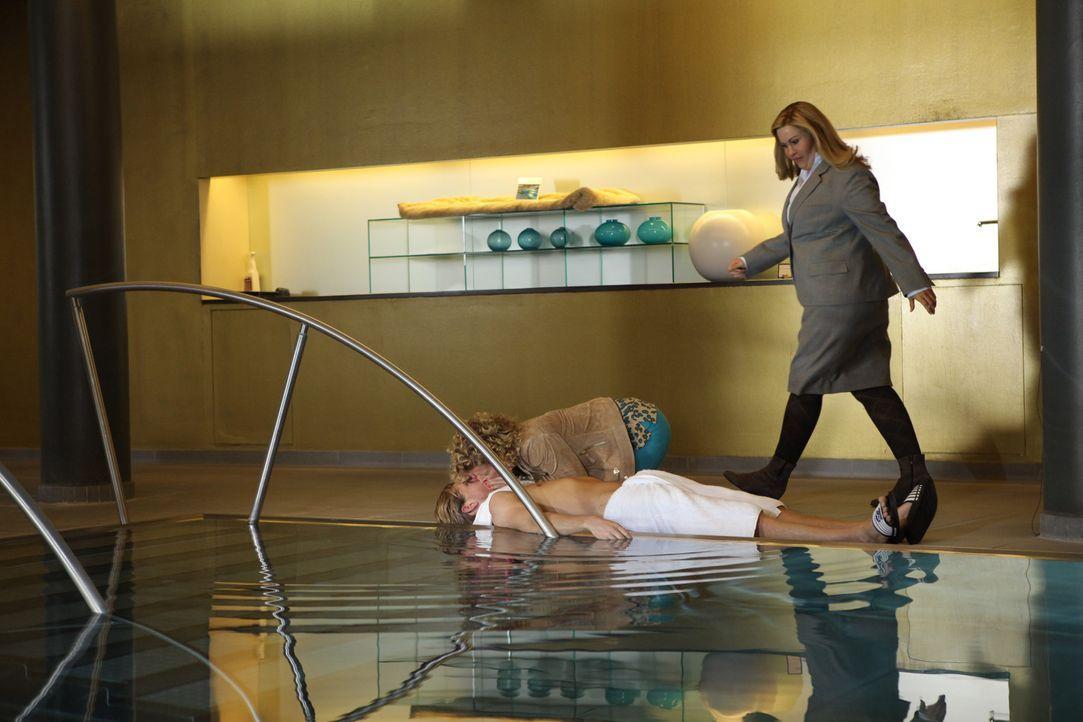 Nachdem Hotelgast Schröder (Andreas Guenther, liegend) einen Blick auf Rikes entblößten Hintern geworfen hat, erleidet er einen Herzinfarkt und s... - Bildquelle: Petro Domenigg SAT.1