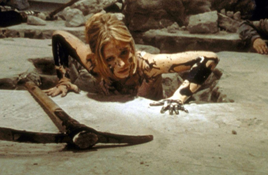 Soeben hat Buffy (Sarah Michelle Gellar) im Alleingang ein schreckliches Monster besiegt und getötet. - Bildquelle: TM +   2000 Twentieth Century Fox Film Corporation. All Rights Reserved.
