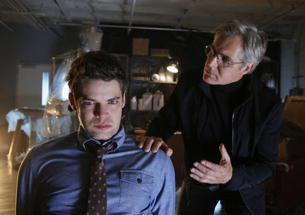 Winn (Jeremy Jordan, l.) wird von seinem Vater, dem Bösewichten Toyman (Henry Czerny, r.) dazu benutzt, Rache an seinem ehemaligen Boss zu nehmen. D... - Bildquelle: 2015 Warner Bros. Entertainment, Inc.