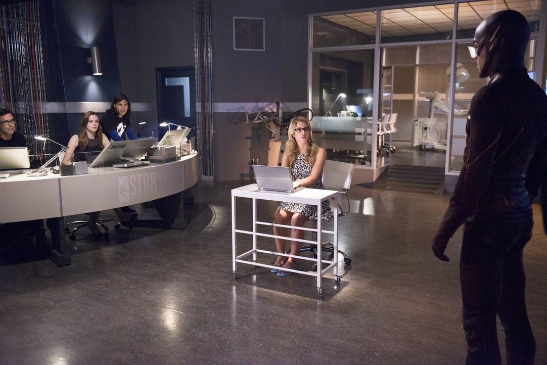 Gemeinsam versuchen sie Barry alias The Flash (Grant Gustin, r.) im Kampf gegen Captain Cold zu unterstützen: Felicity (Emily Bett Rickards, 2.v.r.)... - Bildquelle: Warner Brothers.