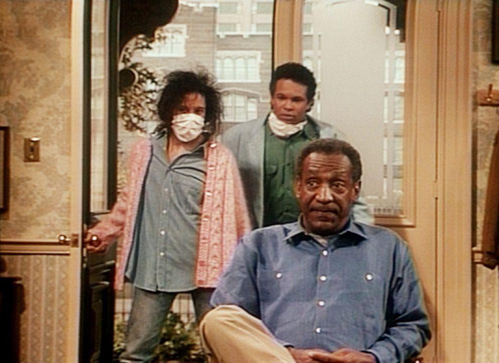 Cliff (Bill Cosby, r.) fühlt sich reichlich unwohl, als Sondra (Sabrina LeBeauf, l.) und Elvin (Geoffrey Owens, M.) das Huxtablesche Haus stürmen. - Bildquelle: Viacom