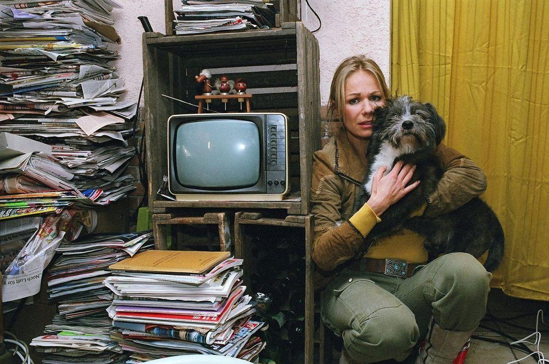 Die Tierheimchefin Daniela Wollschläger (Claudine Wilde) überrascht Günter Wiberti mit den Millionen. Der dreht durch und bedroht sie mit einer Pist... - Bildquelle: Thekla Ehling Sat.1